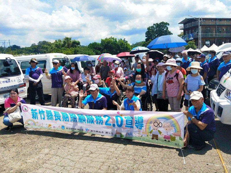 新竹縣政府首次以復康巴士舉辦一日遊,讓身心障礙者快樂出遊。圖/新竹縣政府提供
