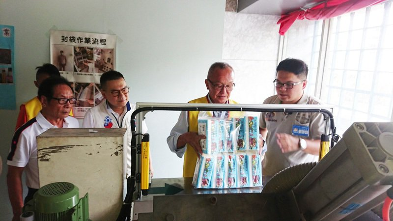 苗栗縣長徐耀昌(右二)昨天到阿昌清潔庇護工場體驗包裝衛生紙,並協助銷售。記者范榮達/攝影