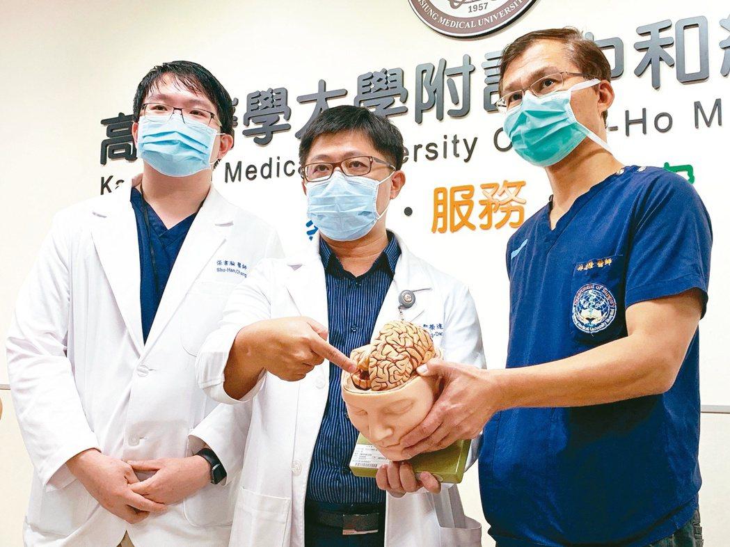 高醫神經外科教授林志隆、主治醫師鄒榮達與張書瀚(右起),解說釘槍射入顱內個案及治...