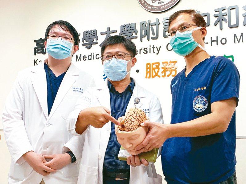 高醫神經外科教授林志隆、主治醫師鄒榮達與張書瀚(右起),解說釘槍射入顱內個案及治療過程。 記者徐如宜/攝影
