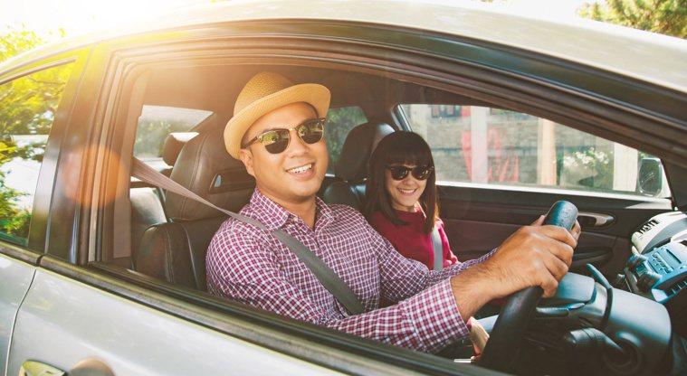 開車駕駛選擇太陽眼鏡時,不宜選擇偏光鏡片。圖╱123RF