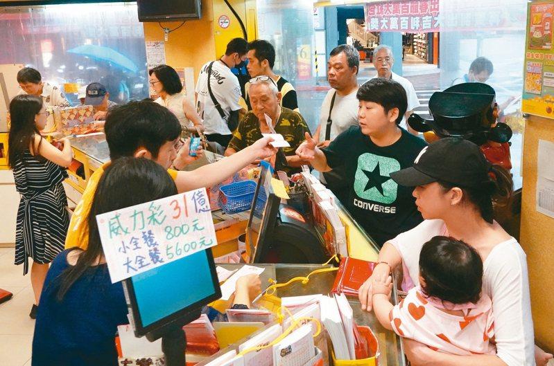 力彩史上最高頭獎31.2億於上個月開出,由兩注軍分,且外傳台北市大安區得主為台新銀行法金部門的十名員工共同集資。 記者潘俊宏/攝影