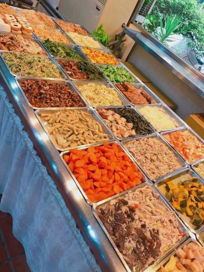 台北東區一間80元吃到飽的素食餐廳,菜色近30種,飲料跟湯類也是吃到飽、喝到飽。圖/取自Dcard