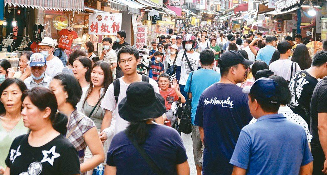 「報復性旅遊」發威,各景點人山人海。 圖/林伯東攝影