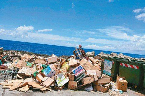 旅遊旺季,台東縣蘭嶼、綠島的環島公路,常見成堆垃圾棄置路邊。 圖/羅紹平攝影