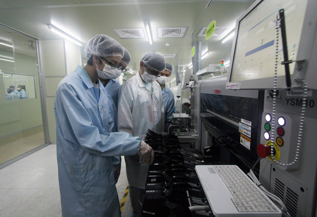 龍華科大3D數位電路板暨智慧製造類產線工廠,提供青年PCB產線實作場域。龍華科大...