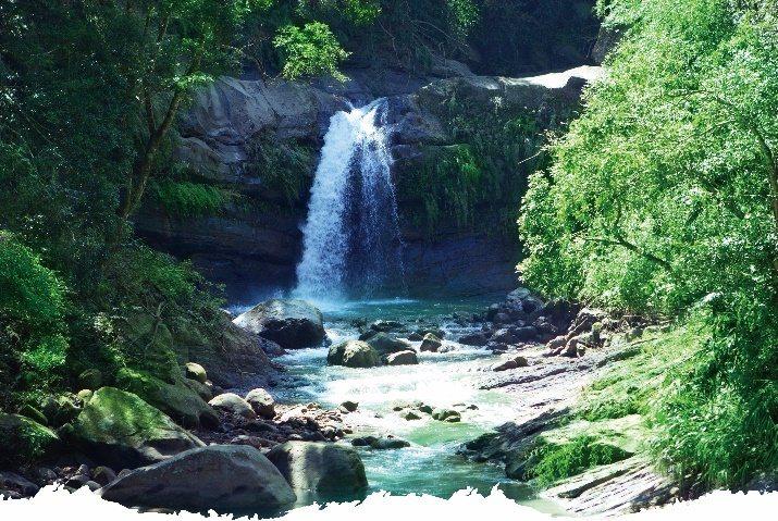 竹崎與梅山鄉交界的圓潭自然生態園區圓潭瀑布,水聲迴盪。 圖/縣府文觀局提供