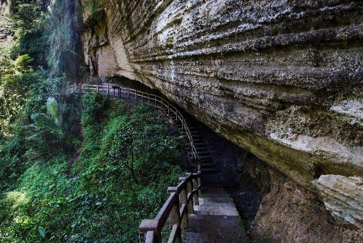 有「台灣敦煌石窟」之稱的燕子崖蝙蝠洞。 圖/縣府文觀局提供