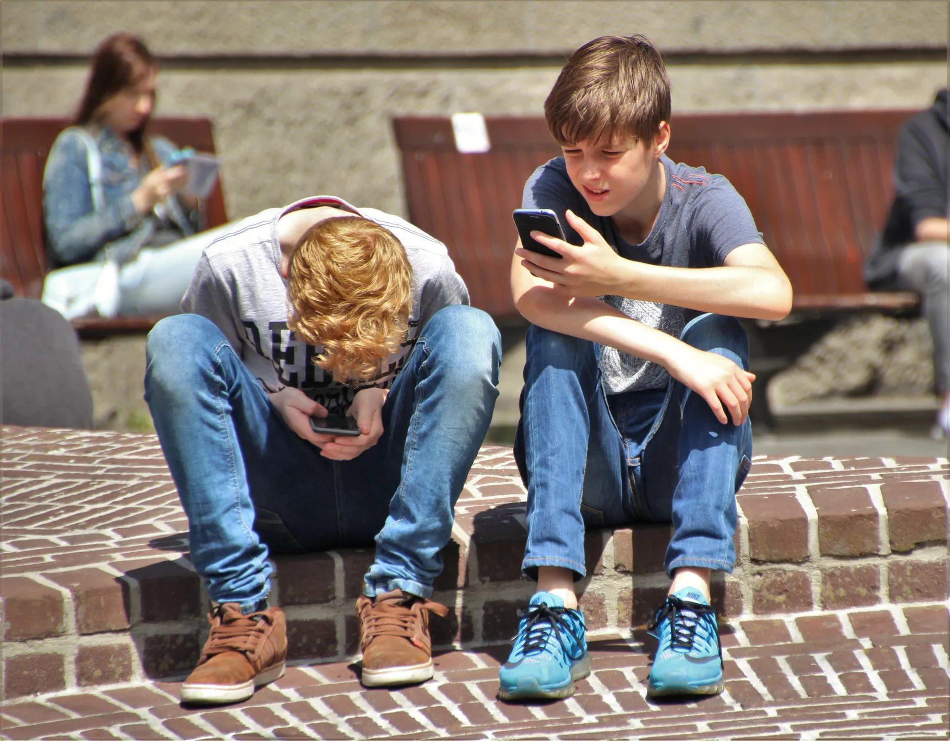 「低頭冷落指數」成為感情問題的新指標,人們一直滑手機而無暇與另一半溝通,可想而知...