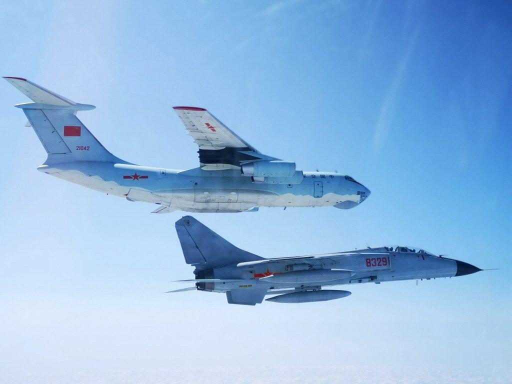 圖為共軍IL-76運輸機(上)與殲轟-7戰機。 圖/中新社