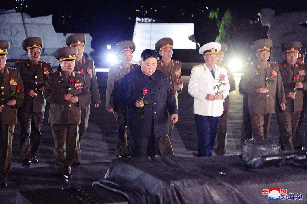 金正恩前往「祖國解放戰爭烈士陵園」,向朝鮮人民軍烈士獻花致意。 圖/美聯社