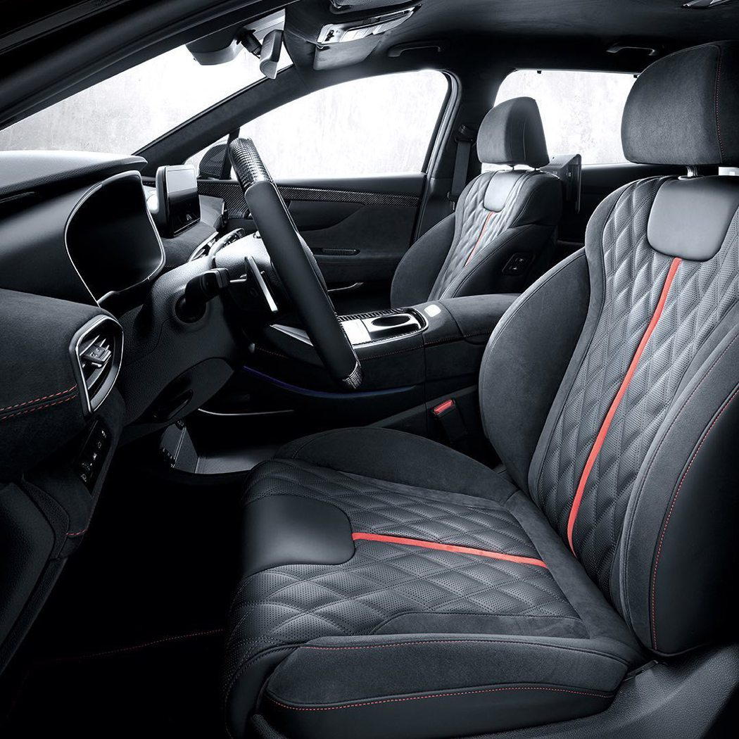 Alcantara麂皮與皮革混搭的紅色縫線座椅。 摘自Hyundai_n_wor...
