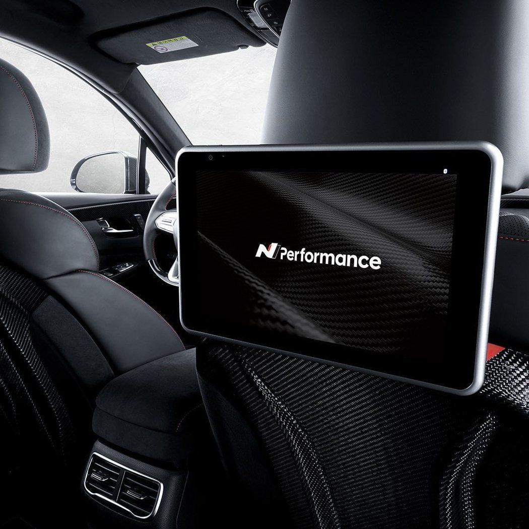 前排座椅後背還使用上了碳纖維材質。 摘自Hyundai_n_worldwide ...