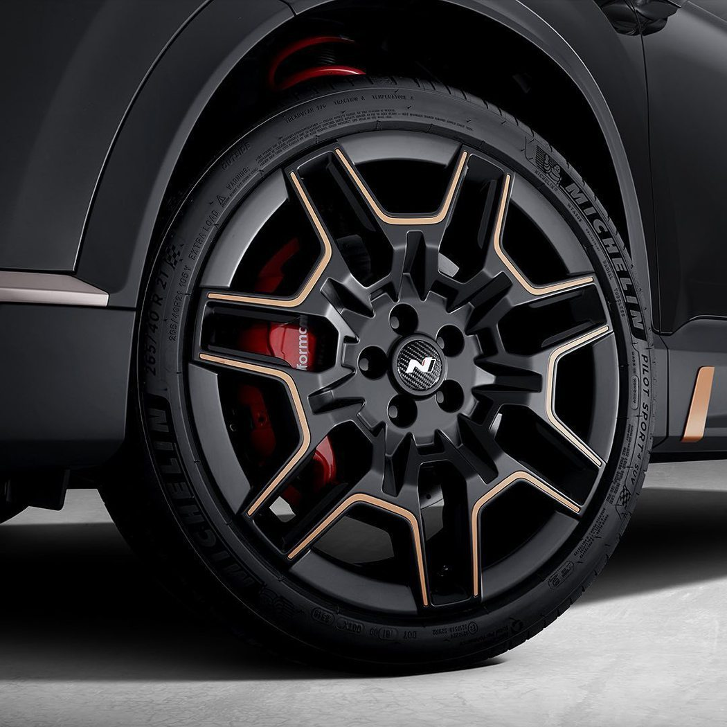 小改款Hyundai Santa Fe的專屬N Performance套件中包含...