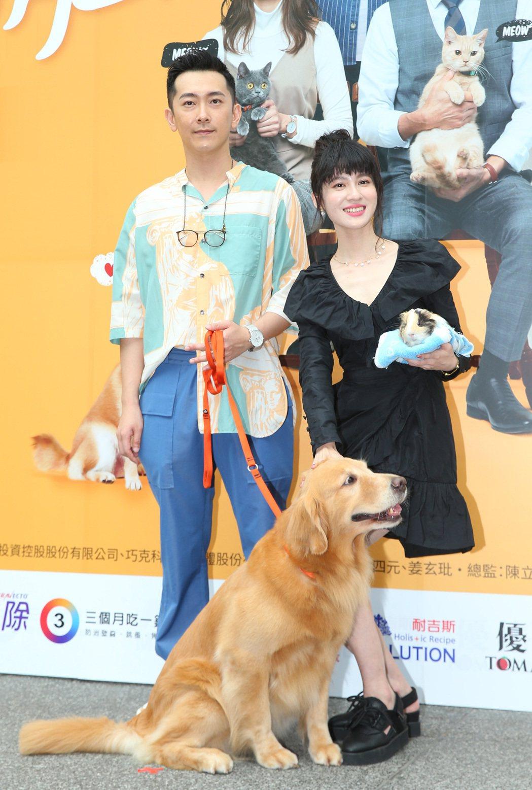 施名帥(左)與連俞涵出席「黑喵知情」首映。記者林澔一/攝影
