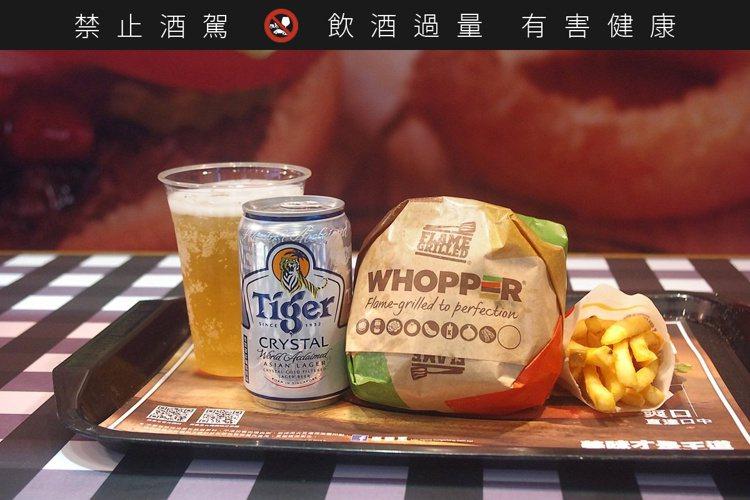 「酒堡招牌餐」即日起至8月31日於全台漢堡王門市推出,臨櫃點用華堡套餐,即可免費...