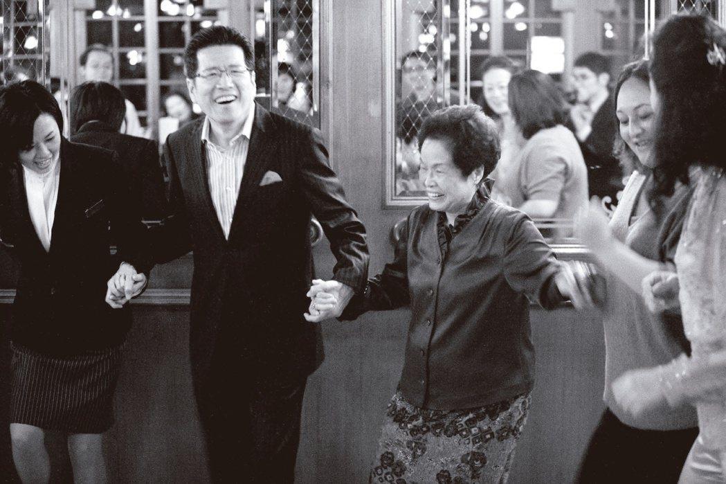 2009年亞都30周年晚宴,嚴長壽(左)與董事長周賴秀端共舞。圖/嚴長壽提供