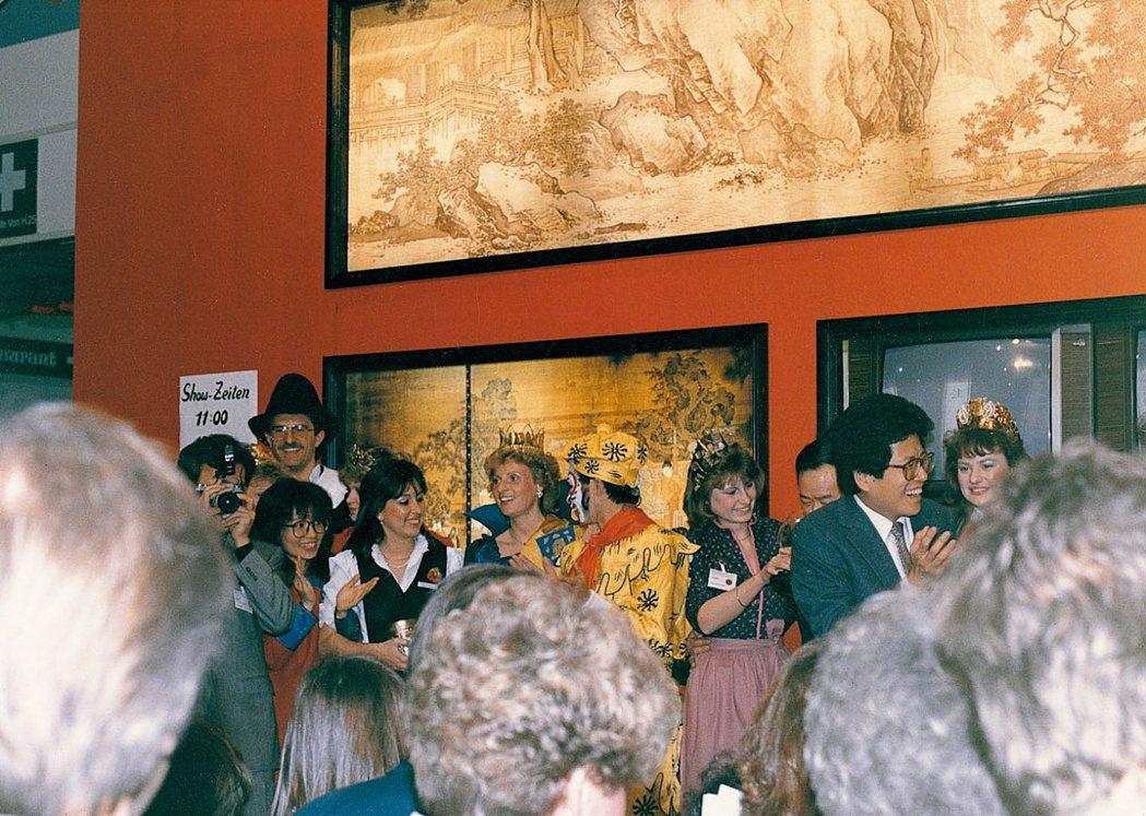嚴長壽率團參加柏林國際旅展,帶去故宮複製名畫與孫悟空演出。圖/嚴長壽提供