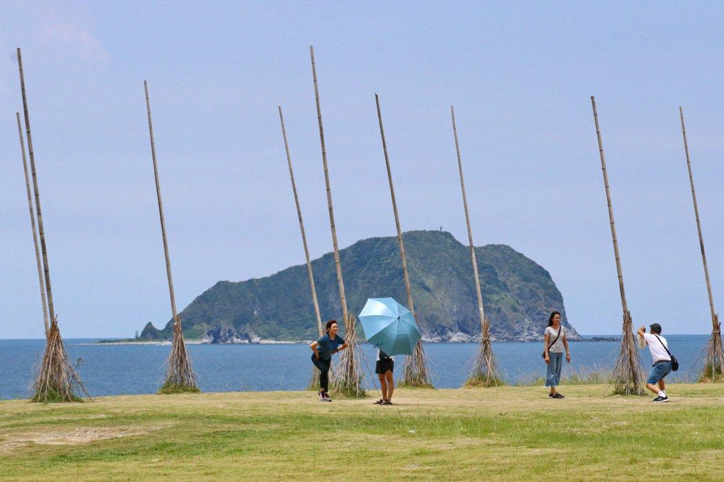潮境公園相當有特色的飛天掃把裝置藝術。 記者陳威任/攝影