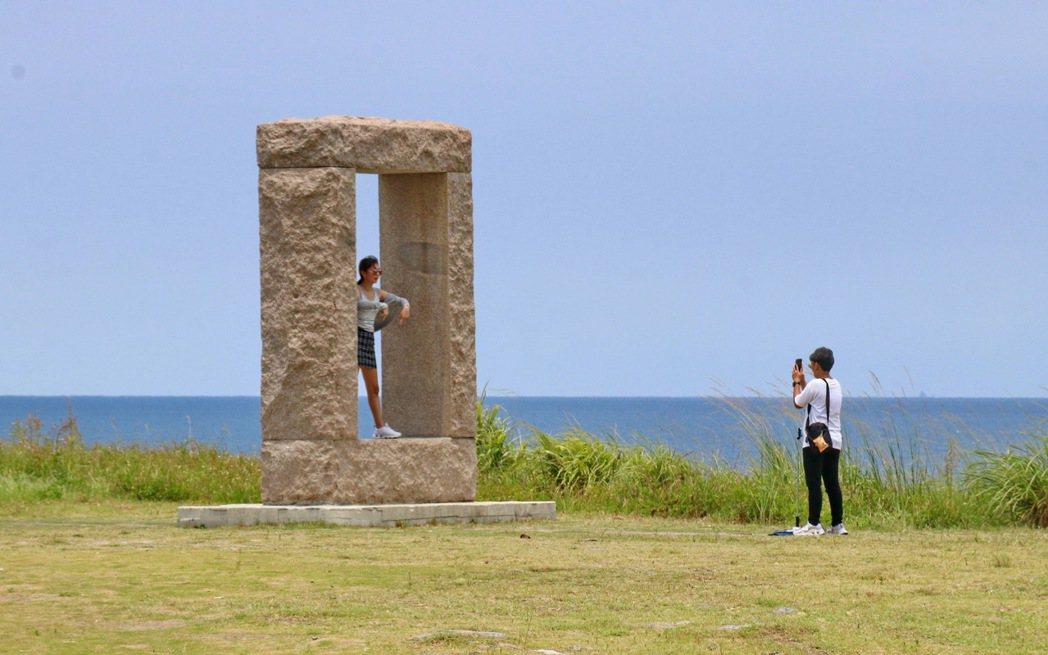 潮境公園成為民眾出遊的拍照打卡熱門景點。 記者陳威任/攝影