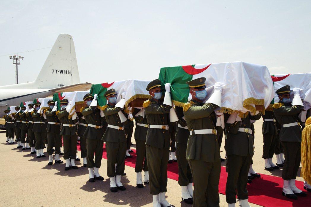7月3日週五從法國出發後,這批頭顱先於週六展示於阿爾及利亞首都阿爾及爾的文化宮,...