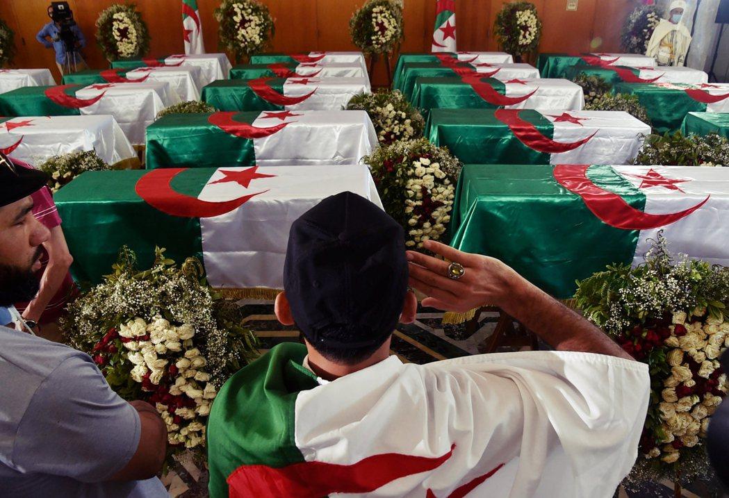 2020年7月4日,24名戰士返回故土安葬,阿爾及利亞舉行了隆重的典禮和開放民眾...