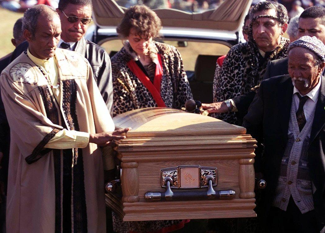 圖為南非政府迎回莎拉巴特曼遺骸,將其隆重安葬故土。南非政府經過長達7年的外交談判...