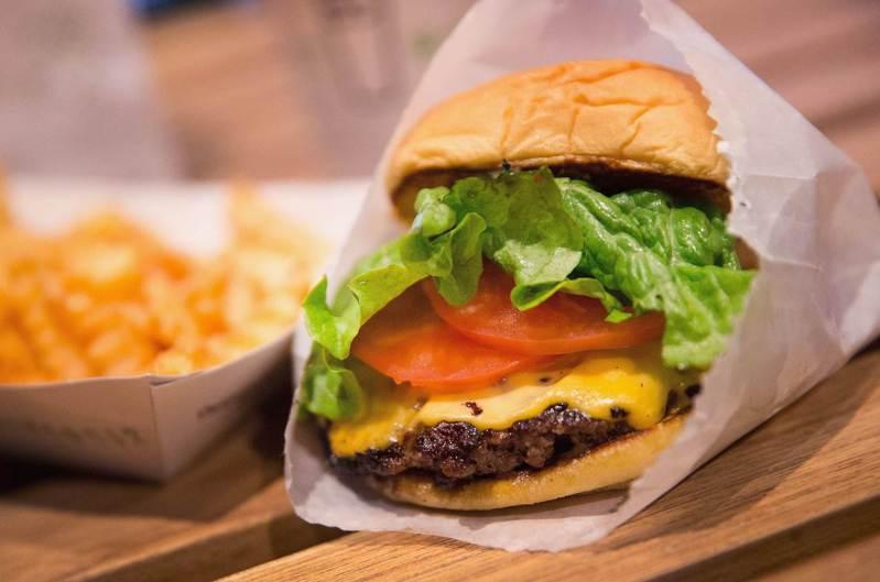 紐約市聯合餐飲集團旗下擁有知名餐廳昔客堡(Shake Shack)等,五年前曾以不收小費,引領一波風潮。法新社