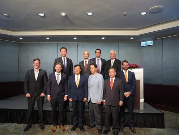 臺加企業家交流餐會貴賓合影,前排左起:台灣麥格納汽車公司(Magna)營運經理M...