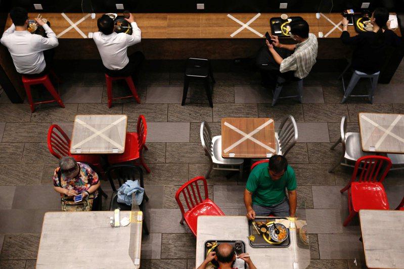 香港推出升級版防疫措施,食肆明日起全日禁止堂食。路透