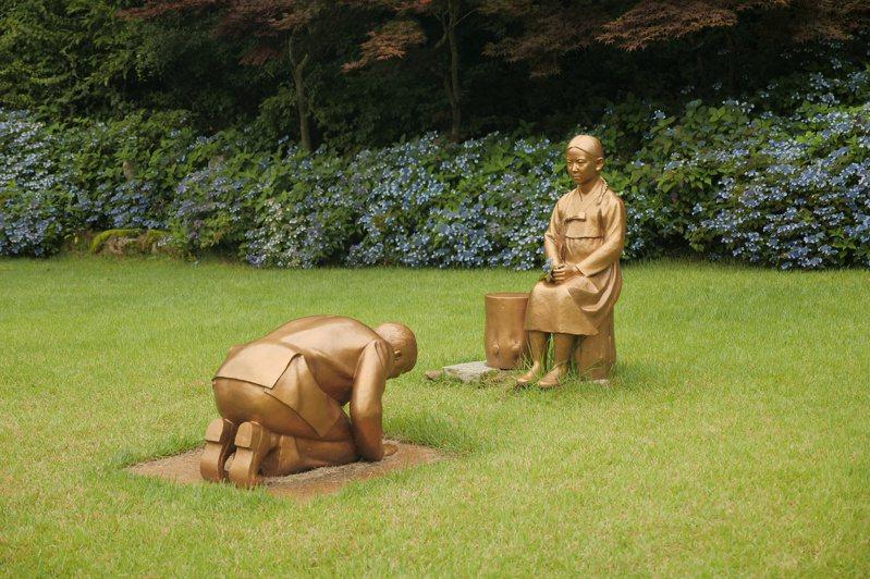 韓國一間植物園的銅像遭指影射日相安倍晉三向一名慰安婦少女下跪道歉,日本政府今天對此表示,若報導屬實,將對日韓兩國關係產生「決定性衝擊」。 路透社