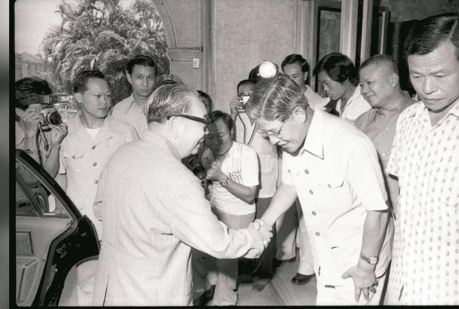 1979年,蔣經國赴台北市政府,聽取當時的李登輝市長報告水情。 報系資料照