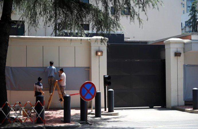 27日上午10時,美國駐成都總領事館閉館,中方主管部門從正門進入接管,工作人員隨後用布遮蓋該館徽標。(路透)