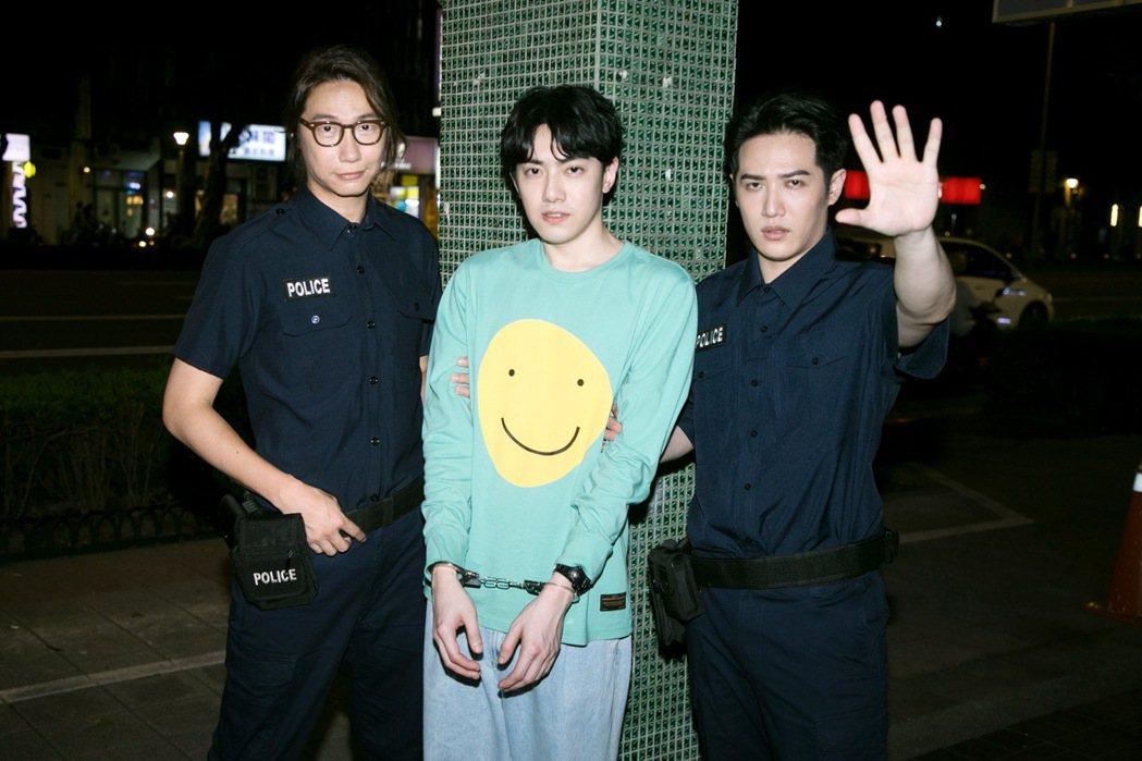 李友廷在MV中被飾演警察的熊仔(右)、方Q(左)上銬。圖/華研提供