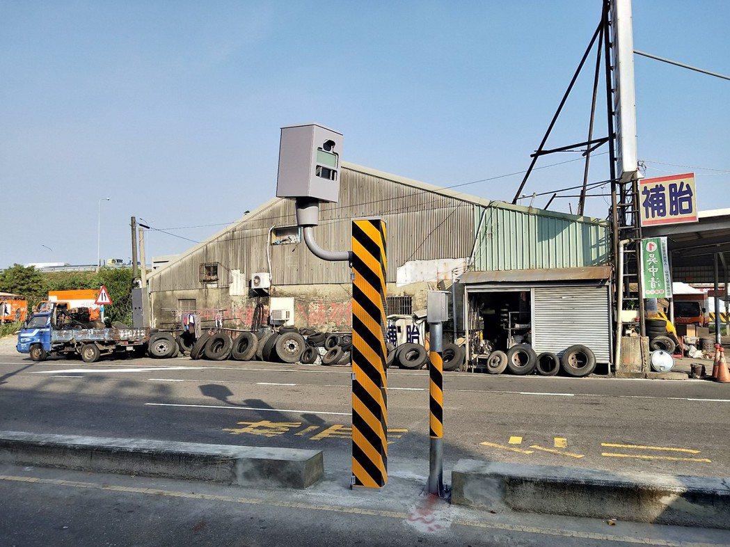 台南市7月闖紅燈拍照違規最多的地點,在仁德區文德路和中山路口。圖/台南市交通大隊...