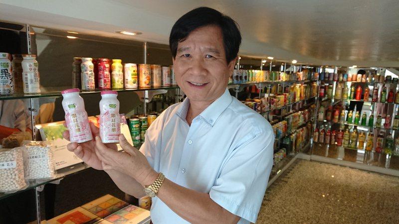 歐典生物科技為九成國內飲品大廠代工,產品櫃如同一部台灣飲料發展史。記者簡慧珍/攝影