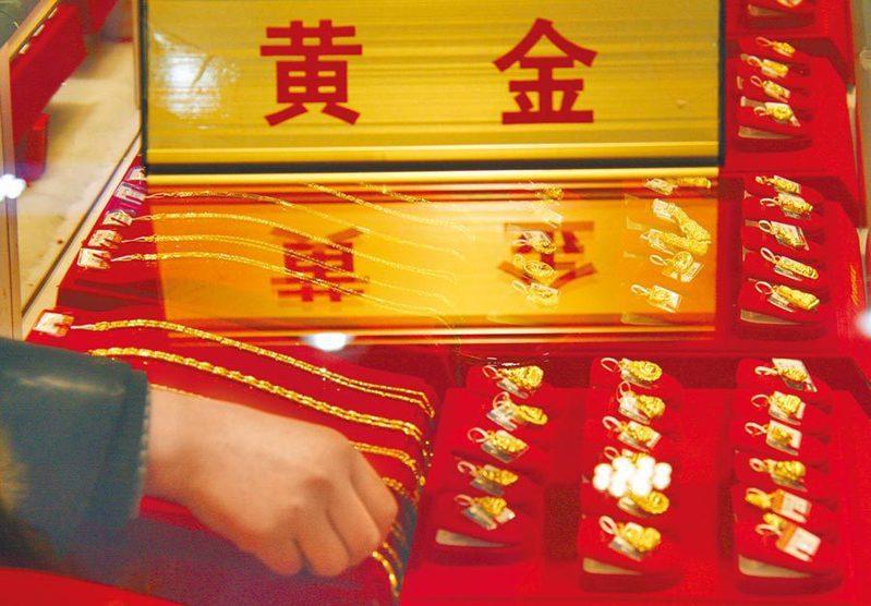 大陸上半年黃金消費年減近四成。圖為山東臨沂郯城縣一家金飾品專櫃。(新華社)