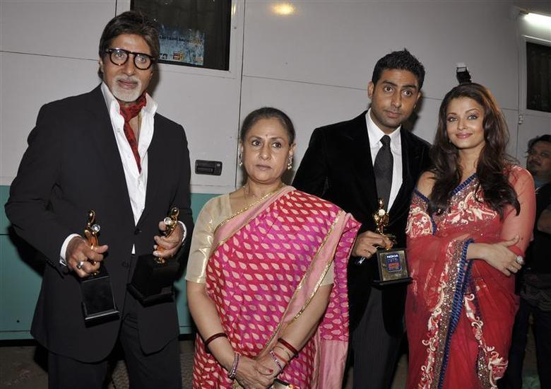 「寶萊塢第一世家」以公公艾米塔巴強(左)地位最尊崇,媳婦艾許瓦雅(右)是美麗焦點...