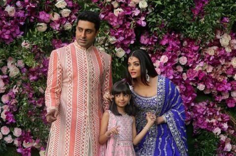 「寶萊塢第一世家」中的美豔媳婦、「寶萊塢生死戀」與「粉紅豹:2有惡豹」艾許瓦雅蕾,之前和女兒、丈夫、公公都確診新冠肺炎,一起住進孟買醫院,經過一周的治療,她與女兒都已經通過檢測、顯示為陰性,可以返家...