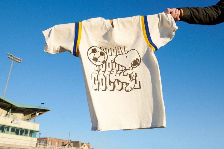 LEVI'S史努比踢足球運動風T恤1,490元。圖/LEVI'S提供