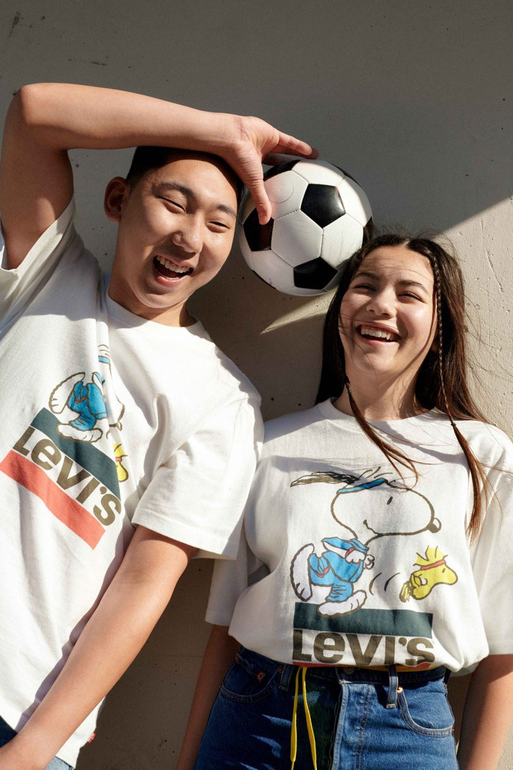 LEVI'S史努比、糊塗塔克賽跑T恤1,490元。圖/LEVI'S提供