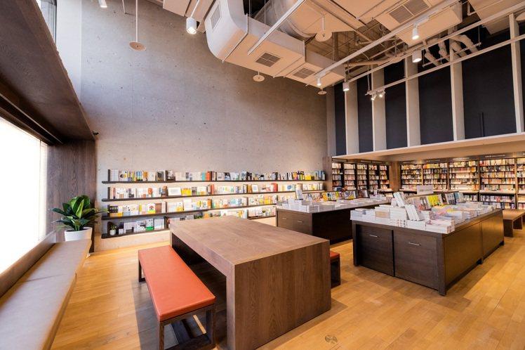 閱讀書區設置5公尺寬落地窗,選用與敦南、信義店相同的白橡實木地板,讀者可倚窗閱讀...