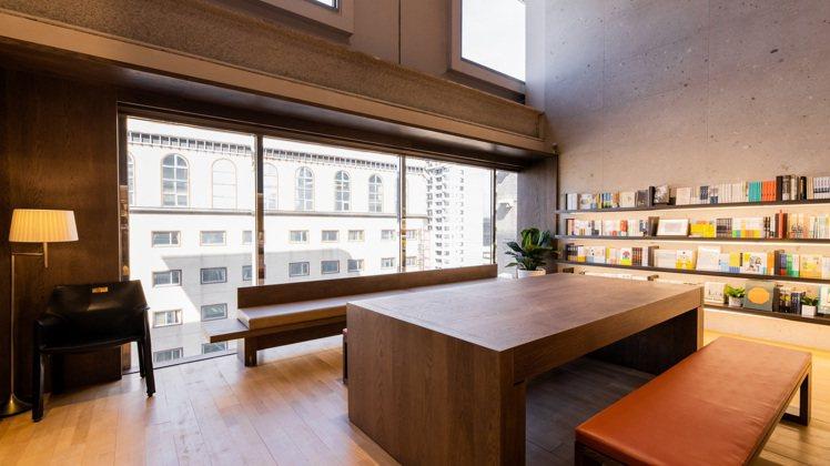 閱讀書區設置5公尺寬落地窗。圖/誠品提供