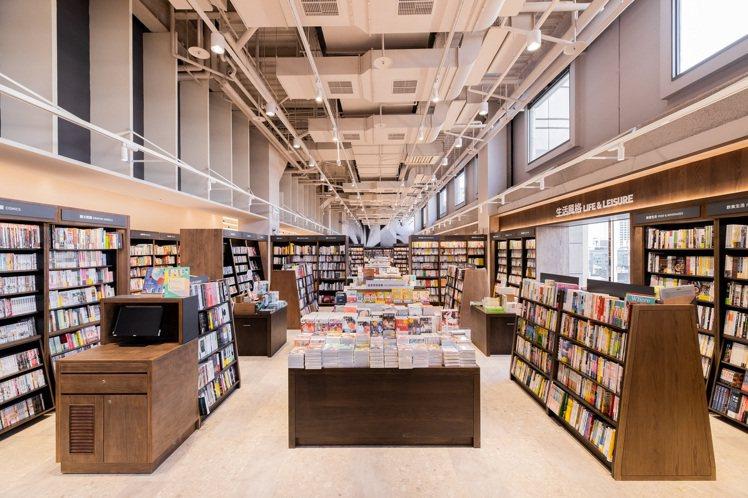 誠品生活巨城店,打造高達7公尺、全長近40公尺的閱讀大道。圖/摘自誠品書店粉專