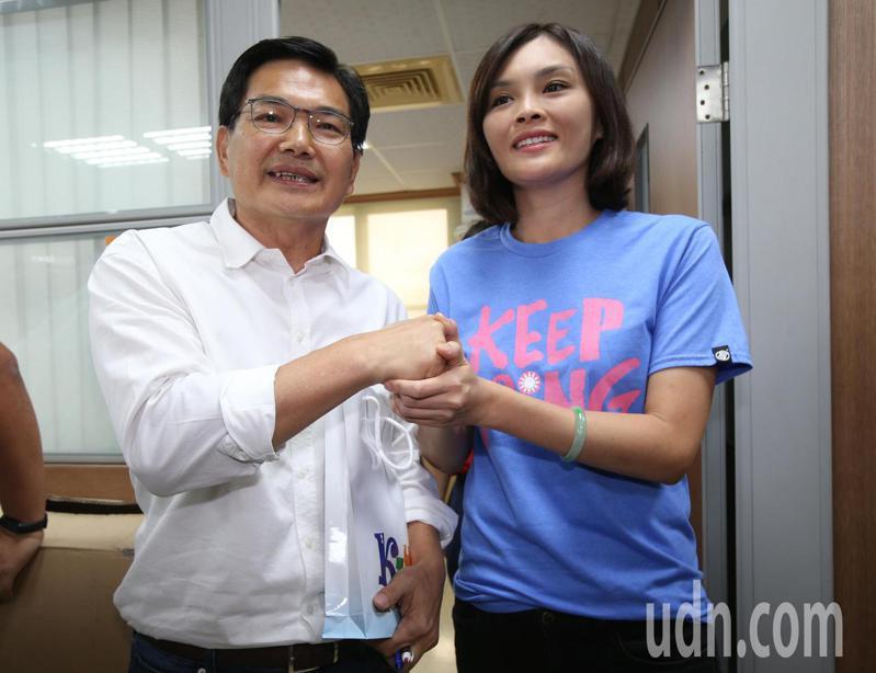 高雄市長補選候選人李眉蓁(右)與吳益政(左),參加高雄市教師會舉辦的教育政見說明會,互相打氣。記者劉學聖/攝影