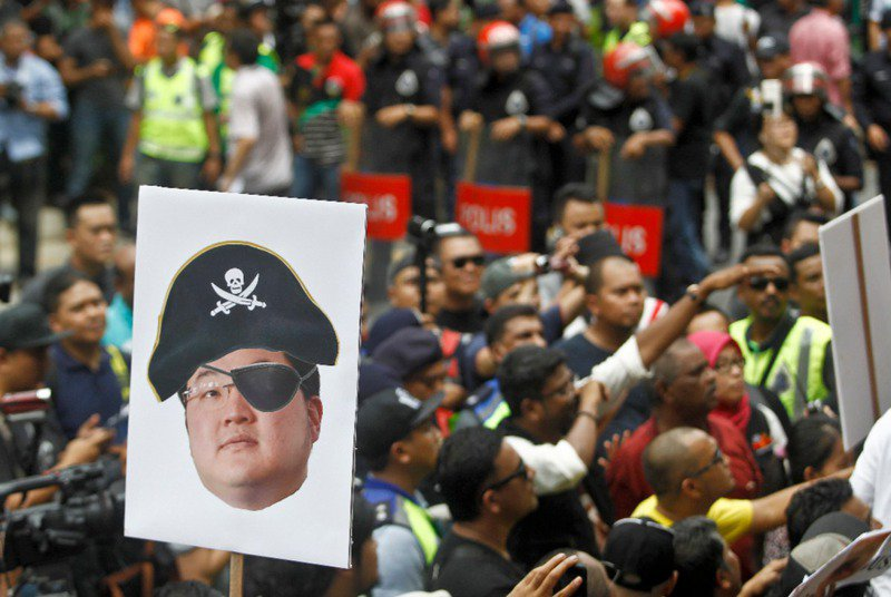 劉特佐至少被馬來西亞、美國起訴,罪名是涉及主導一馬公司(1MDB)貪汙及洗錢,大馬人民把他形容成海盜。美聯社