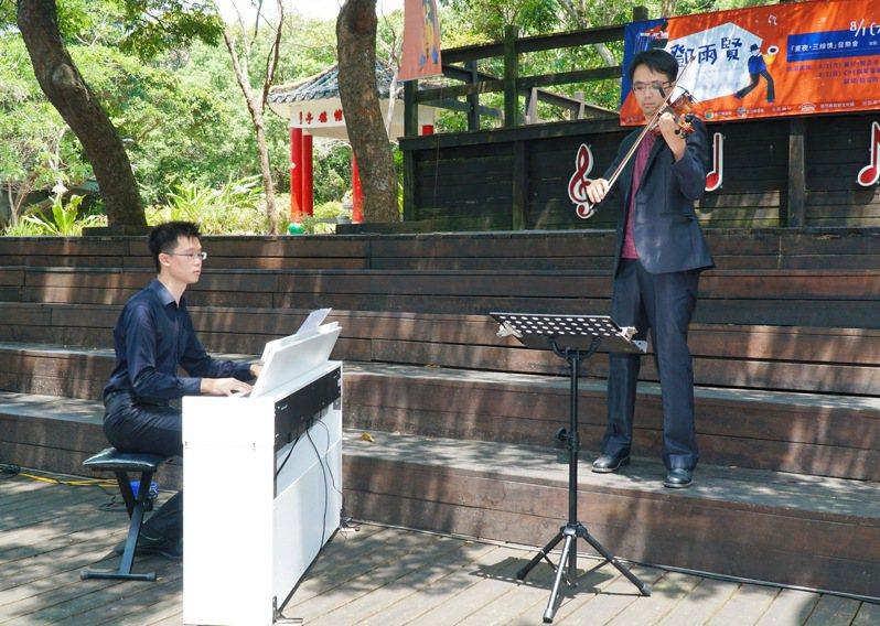 鄧雨賢的外曾孫趙奕喬(右)與趙奕翔(左),以鋼琴與小提琴對彈詮釋鄧雨賢老師的作品。圖/縣府提供
