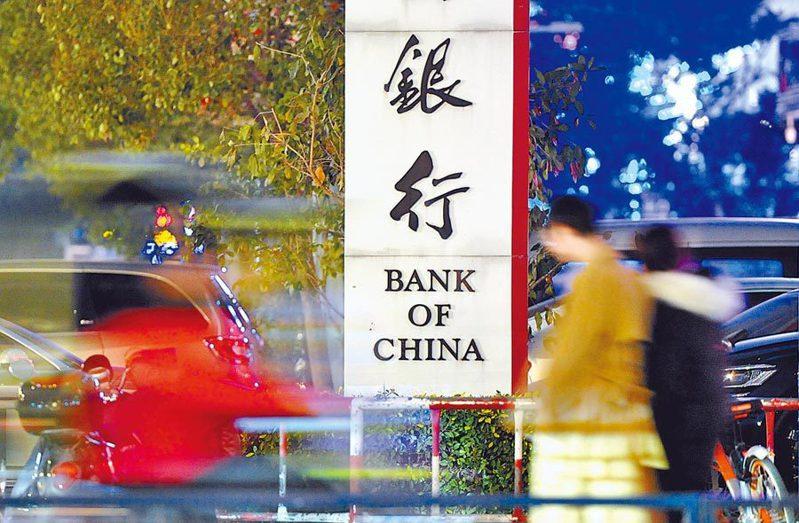 香港行政會議召集人陳智思今接受香港電台訪問時,承認被美國一家銀行要求取消戶頭。中新社資料照片