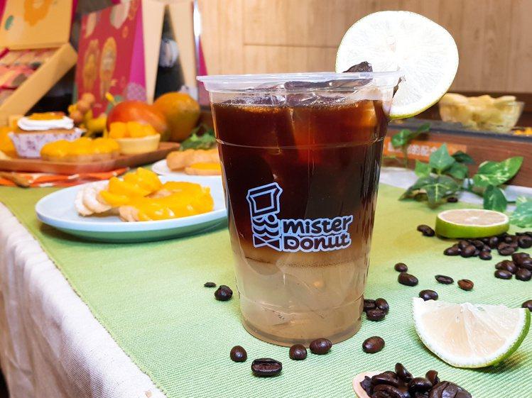 新推出的「冰西西里檸檬咖啡」,藉由檸檬果香增添咖啡的怡人清香,每杯80元。記者陳...