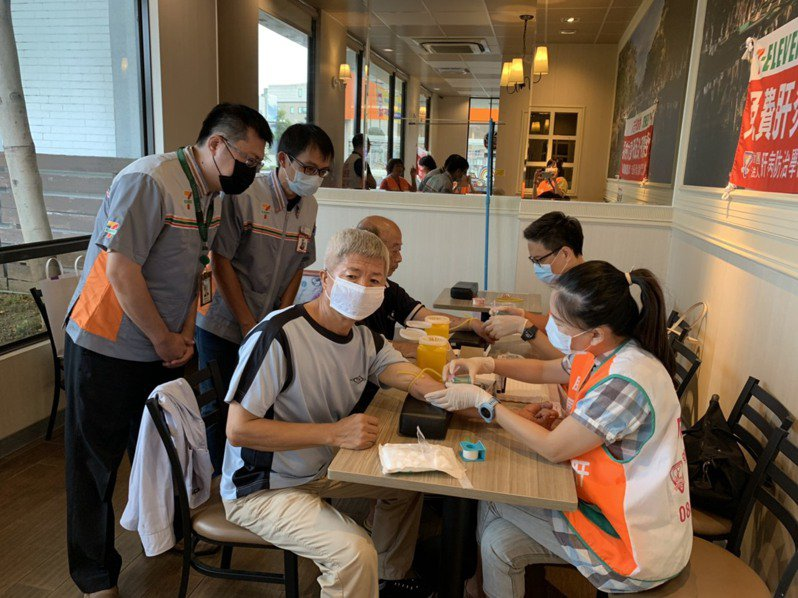 肝病防治學術基金會從今天起一連4天,在台南市8家7-11超商進行肝病篩檢,今天上午的場次吸引不少民眾參與。圖/基金會提供